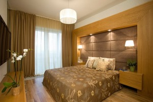 Wooden-Wall-Designs-and-Flowers-Bed-Covers-Theme-in-Modern-Bedroom-Decorating-Ideas